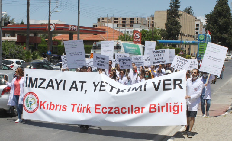 Фармацевты начали протест перед парламентом