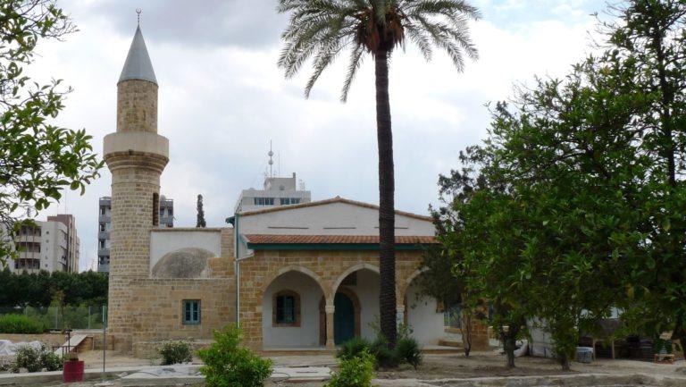 Неизвестные повесили плакаты на мечеть в Никосии