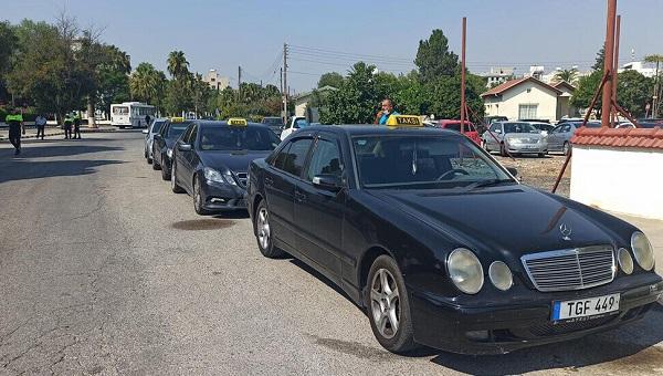 Водители такси протестуют в аэропорту