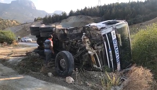 Грузовик с цементом врезался в две машины на горной дороге